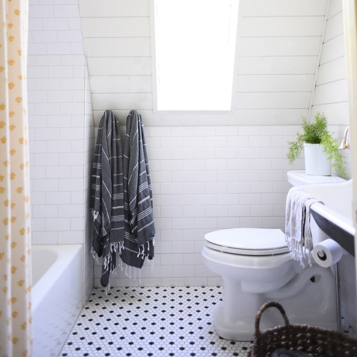 How to Easily Organize Your Small Bathroom on a Budget